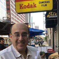 Don Flesch, le propriétaire de Central Camera à Chicago, a promis de reconstruire après que des pillards ont détruit son magasin. (Crédit: via JTA)