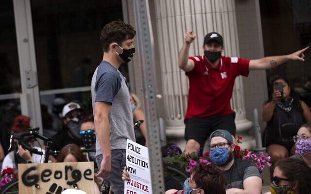 Le maire de Minneapolis Jacob Frey (gauche) quitte une manifestation appelant à cesser de financer le département de police de Minneapolis le 6 juin 2020 à Minneapolis dans le Minnesota. (Stephen Maturen/Getty Images/AFP)