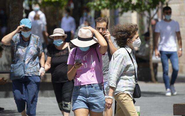 Des habitants de Jérusalem portant des masques par crainte du coronavirus marchent dans la ville, le 11 juin 2020. (Olivier Fitoussi/Flash90)