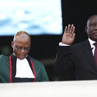 Le président sud-africain Cyril Ramaphosa, (à droite), prête serment aux côtés du président de la Cour suprême, Mogoeng Mogoeng, (à gauche), au stade Loftus Versfeld de Pretoria, en Afrique du Sud, le samedi 25 mai 2019. (Photo AP)