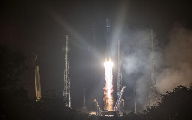Cette photo fournie par le CNES montre le décollage d'une fusée russe Soyouz de la base de lancement de Kourou, en Guyane française, le mercredi 18 décembre 2019. (JM Guillon/ESA-CNES-Arianespace via AP)