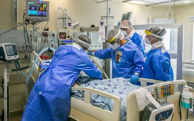 Des médecins de l'hôpital Ichilov à Tel Aviv soignent un patient dans l'unité de coronavirus, le 4 mai 2020. (Yossi Aloni / Flash90)