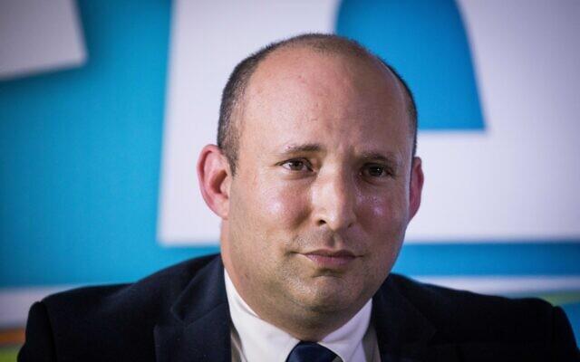 Le chef du parti Yamina Naftali Bennett lors d'une conférence de presse à Jérusalem, le 14 mai 2020. (Yonatan Sindel/Flash90)