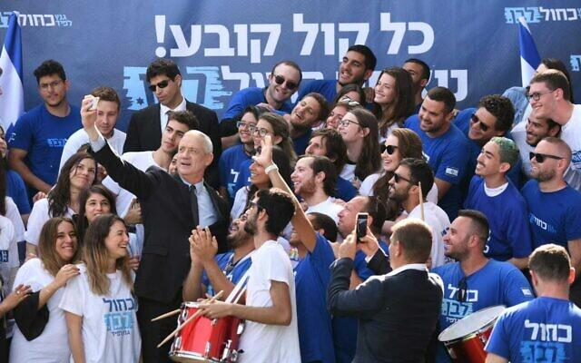 Le chef du parti Kakhol lavan Benny Gantz prend un selfie avec des activistes au QG du parti, le 8 avril 2019. (Sraya Diamant)