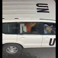 Une femme est sur un homme dans l'arrière d'un véhicule des Nations unies dans une vidéo qui a été très largement partagée le 26 juin 2020. On pense que la vidéo a été tournée à Tel Aviv et l'image a été pixélisée par le Times of Israël. (Capture d'écran : Twitter)
