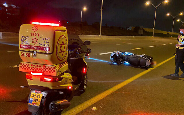 Des véhicules d'urgentistes sur la scène d'un accident mortel de scooter qui a eu lieu sur la route 471 dans le centre d'Israël, le 19 juin 2020. (Autorisation : Magen David Adom)