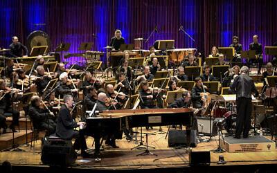 Le chanteur et compositeur israélien  Yoni Rechter se produit avec l'Orchestre philharmonique d'Israël à Tel Aviv, le 7 février 2018. (Yossi Zeliger/Flash90)
