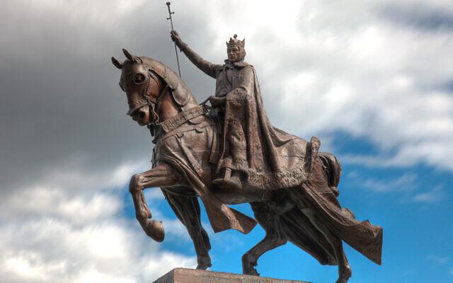 L'Apothéose de St Louis, qui se dresse devant le Musée d'art St Louis dans le plus grand parc de la ville, rend hommage à celui qui a donné son mom à la ville. (Wikimedia Commons via JTA)