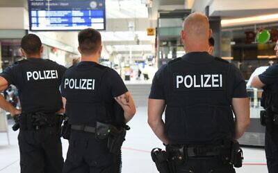 Des policiers allemands à la gare centrale de Potsdam le 26 juin 2020.  (Julian Stähle/picture alliance via Getty Images via JTA)