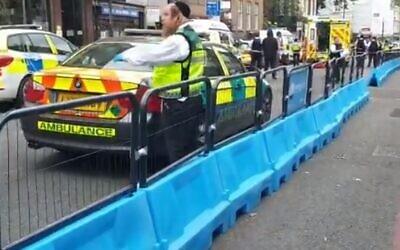 Des urgentistes sur la scène de l'attaque  au couteau d'un homme ultra orthodoxe le 12 juin 2020. (Capture d'écran : Twitter)