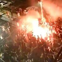 Des supporters de l'équipe de foot du Maccabi Tel Aviv fêtent la victoire de leur équipe avec des joueurs, le 3 juin 2020.  (Capture d'écran : Walla)