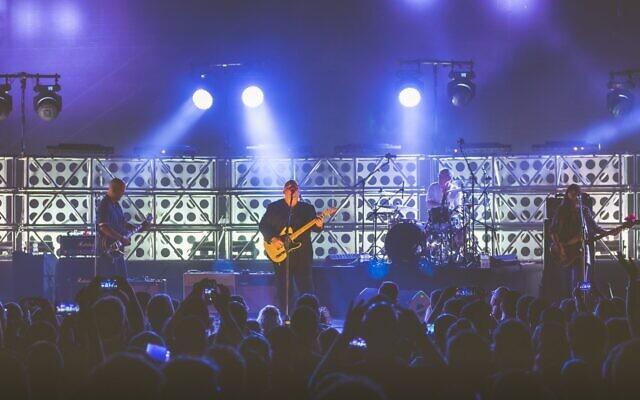 Le chanteur principal des Pixies Black Francis sur scène à Césarée en 2017. (Autorisation: Ariel Efron)