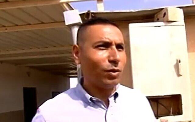 Khatam Abu Qeider, le principal de l'école Neve Midbar, parle avec la Douzième chaîne en 2017 (Capture d'écran)