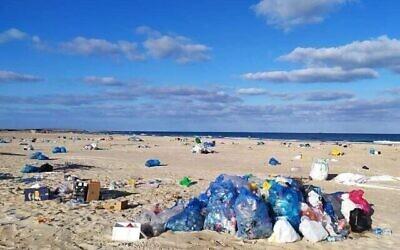 Des déchets sur une plage israélienne, image d'une présentation par l'élue Miki Haimovich lors d'une réunion à la Knesset de la Commission des Affaires intérieures et de l'environnement sur les déchets, le 2 juin 2020.