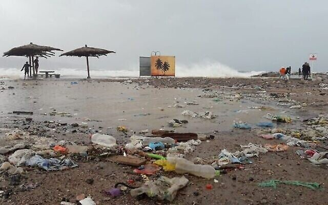 Des déchets sur une plage israélienne, image d'une présentation par l'élue Miki Haimovich lors d'une réunion à la Knesset de la Commission des Affaires intérieures et de l'environnement sur les déchets, le 2 juin 2020. (Société pour la Protection de la Nature en Israël)