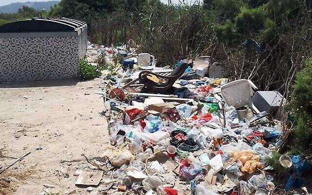 Des déchets qui s'accumulent à côté d'une décharge, image d'une présentation par l'élue Miki Haimovich lors d'une réunion à la Knesset de la Commission des Affaires intérieures et de l'environnement sur les déchets, le 2 juin 2020. (Yael Levi-Efrat, Société pour la Protection de la Nature en Israël)