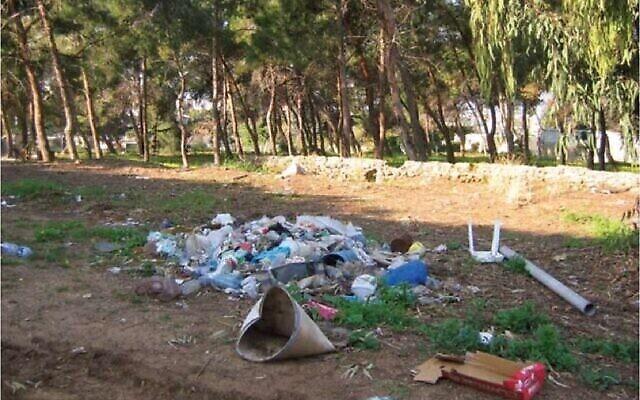 Des déchets abandonnés dans la nature, image d'une présentation par l'élue Miki Haimovich lors d'une réunion à la Knesset de la Commission des Affaires intérieures et de l'environnement sur les déchets, le 2 juin 2020. (Société pour la Protection de la Nature en Israël)