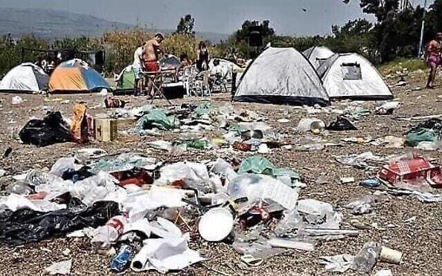 Des déchets laissés par des campeurs, image d'une présentation par l'élue Miki Haimovich lors d'une réunion à la Knesset de la Commission des Affaires intérieures et de l'environnement sur les déchets, le 2 juin 2020.
