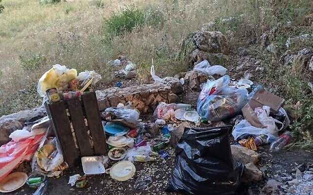 Des déchets abandonnés dans la nature, image d'une présentation par l'élue Miki Haimovich lors d'une réunion à la Knesset de la Commission des Affaires intérieures et de l'environnement sur les déchets, le 2 juin 2020.