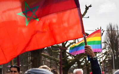 Un drapeau marocain et un drapeau arc-en-ciel pour les droits des homosexuels lors d'une manifestation aux Pays-Bas en 2014. (Crédit : Alex Proimos / Flickr / Creative Commons)