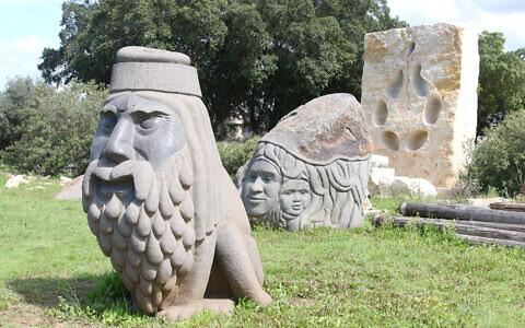 Une statue du sculpteur Dagan Shkovsky au Kibbutz Ein Carmel, près de Haïfa (Crédit :  Shmuel Bar-Am)