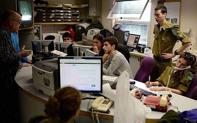 La salle de rédaction de la Radio de l'armée, composée à la fois de soldats conscrits et de civils. (Crédit : Tomer Neuberg/Flash 90/File)