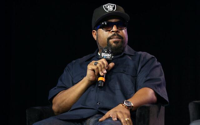 Ice Cube s'exprime sur scène au Magic Box le 27 octobre 2019 à Los Angeles, en Californie. (Phillip Faraone/Getty Images pour REVOLT via JTA)