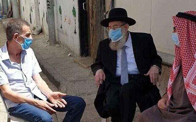 Le grand-rabbin de Jérusalem Aryeh Stern s'entretient avec des membres de la famille d'Iyad Halak et leur adresse ses condoléances, le 2 juin 2020. (Autorisation : Municipalité de Jérusalem)