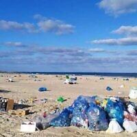 Des déchets sur une plage israélienne, d'après une présentation de la députée Miki Haimovich lors d'une réunion de la commission des Affaires intérieures et de l'environnement de la Knesset sur les déchets, le 2 juin 2020. (Crédit : Osnat El-Az, Société pour la protection de la nature en Israël).