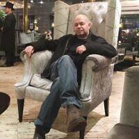 Yossi Herzog dans un hôtel de Londres, aux environs de 2015 (Autorisation)