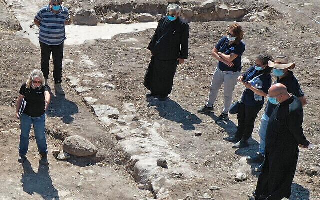 Le chef de l'Eglise grecque-catholique, Youssef Matta, lors de sa visite sur le site de fouilles d'une église vieille de 1300 ans dans le village de Kfar Kama, près du Mont Tabor. (Anya Kleiner, Autorité israélienne des Antiquités)