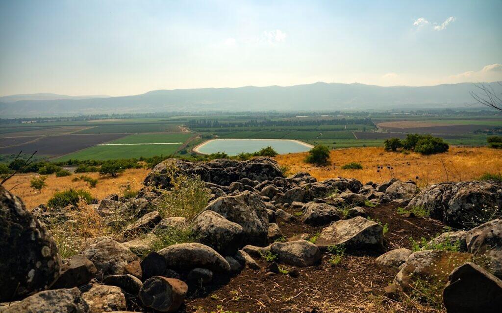 Vue depuis le dolmen dans le Shamir Dolmen Field. (Yaniv Berman/ Autorité israélienne des Antiquités)