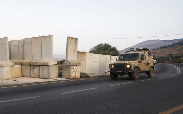 Un véhicule militaire israélien patrouille à la frontière israélo-libanaise près du village de Ghajar, le 26 août 2019. (JALAA MAREY / AFP)