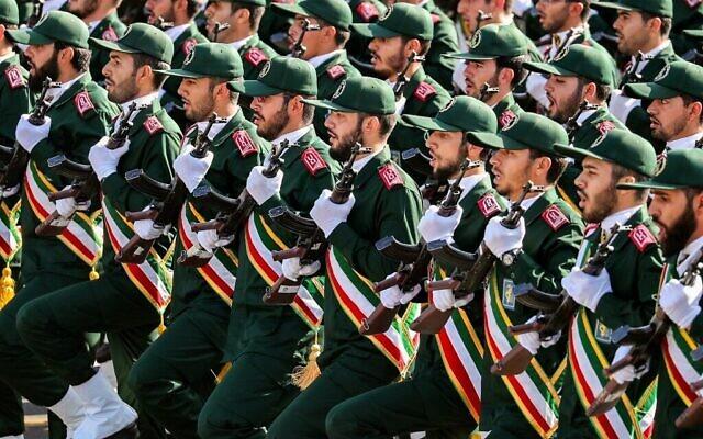 Sur cette photo du 22 septembre 2018, des membres du Corps des Gardiens de la Révolution islamique (CGRI) d'Iran défilent lors du défilé militaire annuel marquant l'anniversaire du déclenchement de la guerre dévastatrice de 1980-1988 avec l'Irak de Saddam Hussein, dans la capitale Téhéran. (Stringer/AFP)