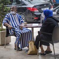 Des Marocains portent le masque dans un café de Rabat, capitale du pays, après l'allègement des mesures de restriction pour lutter contre l'épidémie de coronavirus dans certaines villes, le 25 juin 2020 (Crédit :  FADEL SENNA / AFP)
