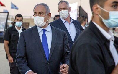 Le Premier ministre Benjamin Netanyahu (centre gauche) et son partenaire de coalition, le ministre de la Défense Benny Gantz (centre droit), arrivent pour une cérémonie de remise de diplômes aux nouveaux pilotes sur la base aérienne de Hatzerim, dans le sud d'Israël, le 25 juin 2020. (Ariel Schalit/Pool/AFP)