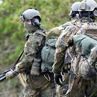 Des parachutistes de l'unité spéciale KSK (Kommando Spezialkraefte) des forces armées allemandes de la Bundeswehr prennent part à un exercice militaire à Ahrenvioelfeld, près de Husum, dans le nord de l'Allemagne, le 10 mai 2017. (Crédit : Carsten Rehder / dpa / AFP)