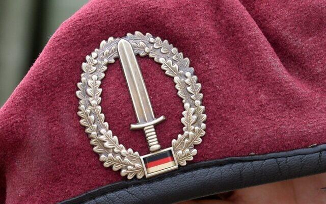 L'emblème de l'unité spéciale KSK (Kommando Spezialkraefte) des forces armées allemandes de la Bundeswehr sur le béret d'un soldat participant à un exercice militaire à Calw, près de Sindelfingen, dans le sud de l'Allemagne, le 14 juillet 2014. (Crédit : Patrick Seeger / dpa / AFP)