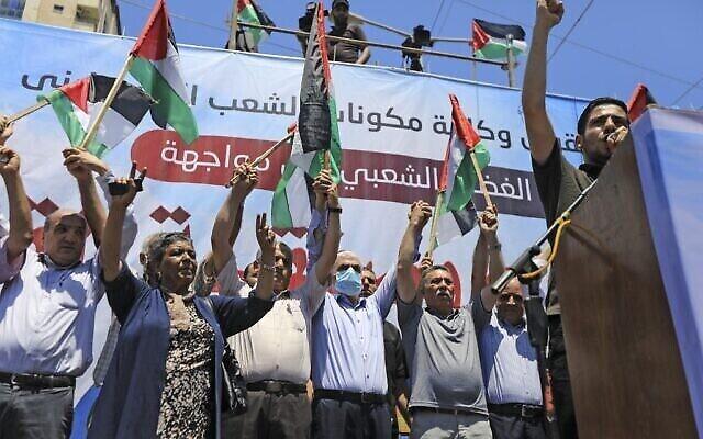 """Le leader du Hamas Yahya Sinwar, (4e à gauche), participe à un rassemblement alors que les Palestiniens appellent à une """"journée de colère"""" pour protester contre le plan israélien d'annexion de pans de la Cisjordanie, à Gaza City, le 1er juillet 2020. (Crédit : Mahmud Hams/AFP)"""