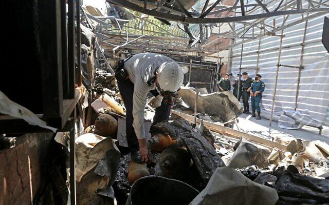 Le personnel iranien de sécurité et de sauvetage sur le site d'une explosion au centre de santé de Sina At'har, dans le quartier de Tajrish, dans le nord de la capitale, Téhéran, le 1er juillet 2020. (Crédit : ATTA KENARE / AFP)