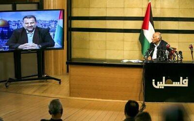 Un haut responsable du Fatah, Jibril Rajoub, dans la ville de Ramallah en Cisjordanie, assiste par vidéoconférence à une réunion avec le chef adjoint du Hamas, Saleh al-Arouri (sur l'écran depuis Beyrouth), pour discuter du plan d'annexion de certaines parties de la Cisjordanie par Israël, le 2 juillet 2020. (ABBAS MOMANI / AFP)