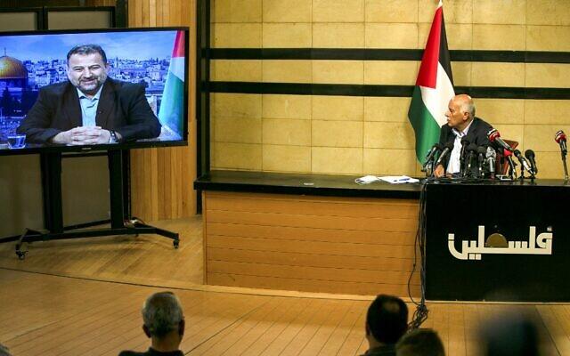 Un haut responsable du Fatah, Jibril Rajoub, dans la ville de Ramallah en Cisjordanie, assiste par vidéoconférence à une réunion avec le chef adjoint du Hamas, Saleh Arouri (sur l'écran depuis Beyrouth), pour discuter du plan d'annexion de certaines parties de la Cisjordanie par Israël, le 2 juillet 2020. (ABBAS MOMANI / AFP)