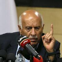 Le haut responsable du Fatah Jibril Rajoub, dans la ville de Ramallah en Cisjordanie, assiste par vidéoconférence à une réunion avec le chef adjoint du Hamas Saleh Arouri (non vu) pour discuter du plan d'annexion de certaines parties de la Cisjordanie par Israël, le 2 juillet 2020. (ABBAS MOMANI / AFP)