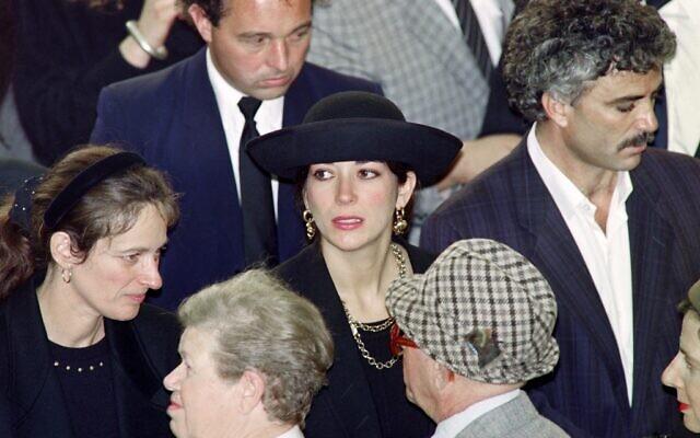 Ghislaine Maxwell, au centre, fille du magnat de la presse britannique Robert Maxwell, assiste au service funéraire pour l'inhumation de son père sur le mont des Oliviers, à Jérusalem, le 10 novembre 1991. (Sven NACKSTRAND / AFP)