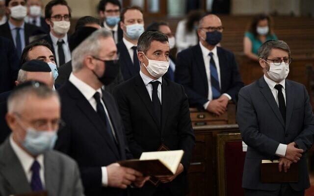 Le ministre français de l'Intérieur Gerald Darmanin (C) et le grand rabbin de France Haim Korsia (d) assistent à un office de Shabbat à la Synagogue de la Victoire à Paris le 9 juillet 2020. (Crédit : Anne-Christine POUJOULAT / AFP)