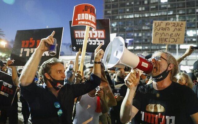 Des Israéliens protestent sur la place Rabin de Tel Aviv contre la politique économique du gouvernement pendant la pandémie de coronavirus, le 11 juillet 2020. (Jack Guez/AFP)