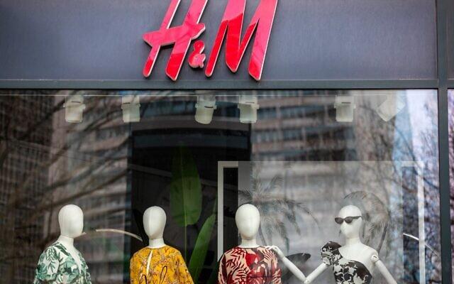 Illustration. La vitrine d'un magasin de la société suédoise de vêtements H&M à Berlin, le 29 mars 2020. (Impair ANDERSEN / AFP)