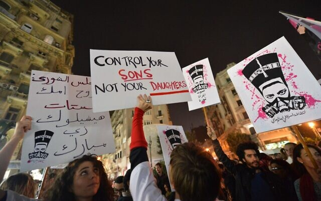 Des manifestants lors d'un rassemblement contre le harcèlement sexuel dans la capitale égyptienne, Le Caire, le 12 février 2013. (Khaled DESOUKI / AFP)