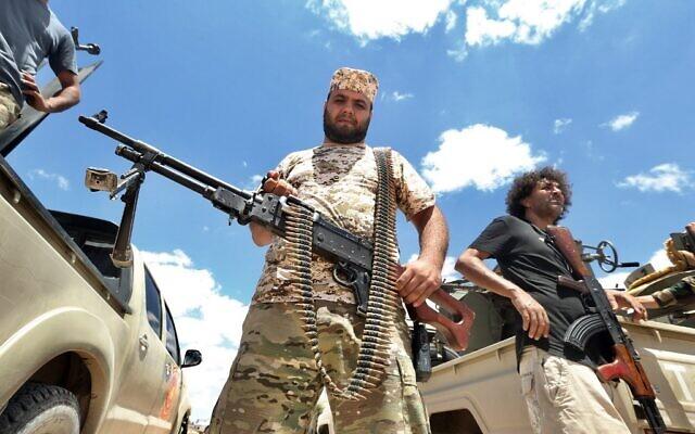 Des combattants fidèles au gouvernement libyen d'accord national (GNA) reconnu par l'ONU sécurisent la zone d'Abou Qurain, à mi-chemin entre la capitale Tripoli et la deuxième ville libyenne Benghazi, contre les forces fidèles à Khalifa Haftar, basé dans l'est de Benghazi, le 20 juillet 2020. (Mahmud TURKIE / AFP)