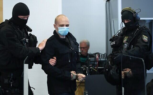 Stephan Balliet, qui est accusé d'avoir abattu deux personnes après avoir tenté de prendre d'assaut une synagogue à Halle, arrive dans la salle d'audience avant son procès le 21 juillet 2020 au tribunal de district de Magdebourg, en Allemagne de l'Est. - (Crédit : RONNY HARTMANN / diverses sources / AFP)